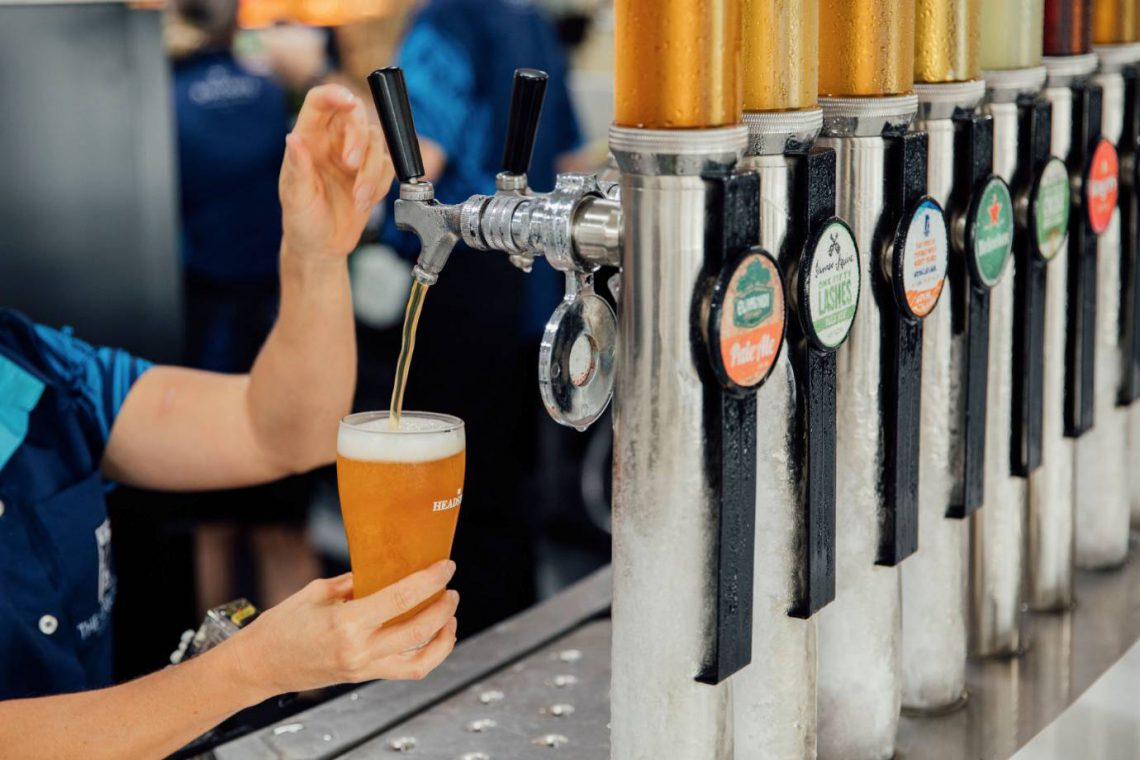 mooloolaba-surf-club-pouring-beer-from-taps-at-bar