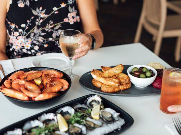 mooloolaba-surf-club-prawns-oysters-drinks-in-restaurant