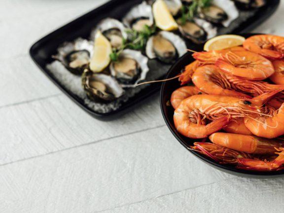 mooloolaba-surf-club-prawns-oysters-lemon-seafood