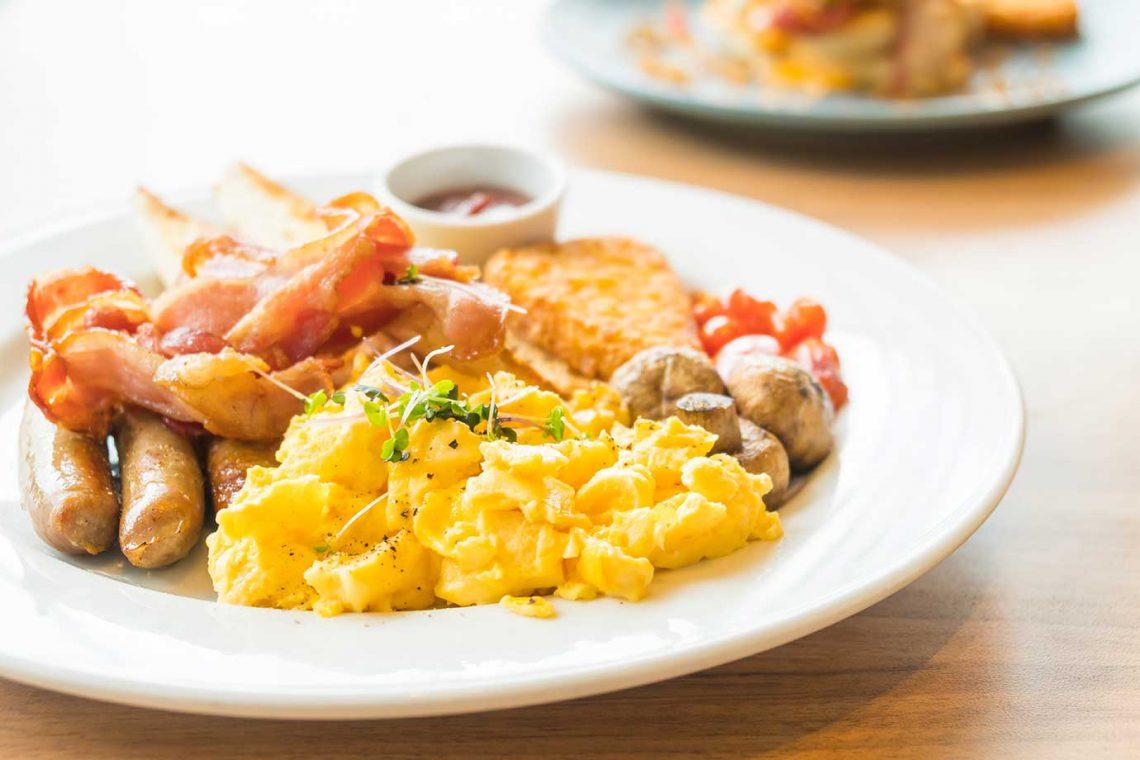 mooloolaba-surf-club-breakfast-eggs-bacon-sausage