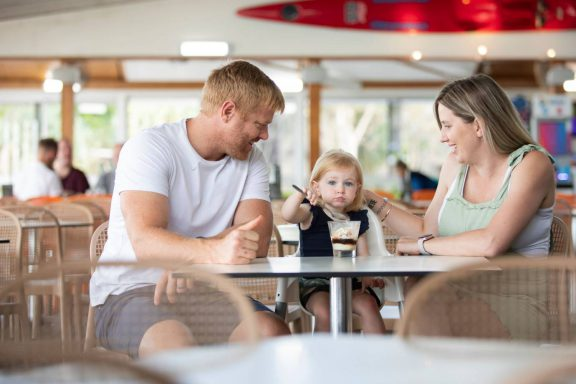 mooloolaba-surf-club-young-family-eating-dessert